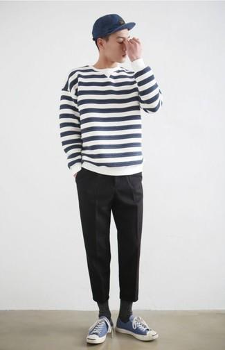 Как и с чем носить: бело-темно-синий свитер с круглым вырезом в горизонтальную полоску, черные брюки чинос, синие низкие кеды из плотной ткани, темно-синяя бейсболка