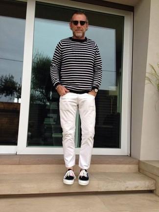 Как и с чем носить: черно-белый свитер с круглым вырезом в горизонтальную полоску, белые брюки чинос, черные низкие кеды из плотной ткани, черные солнцезащитные очки