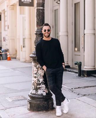 Как и с чем носить: черный свитер с круглым вырезом, темно-синие брюки чинос в шотландскую клетку, белые кожаные низкие кеды, черные солнцезащитные очки