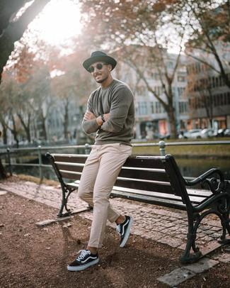 Как и с чем носить: серый свитер с круглым вырезом, бежевые брюки чинос, черно-белые низкие кеды из плотной ткани, черная шерстяная шляпа