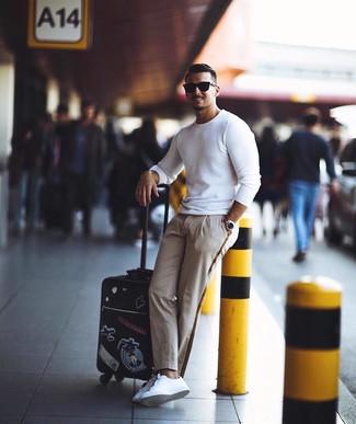 Как и с чем носить: белый свитер с круглым вырезом, бежевые брюки чинос, белые кожаные низкие кеды, черные солнцезащитные очки