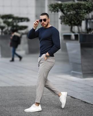 С чем носить серебряный браслет из бисера мужчине: Если ты делаешь ставку на удобство и функциональность, темно-синий свитер с круглым вырезом и серебряный браслет из бисера — замечательный выбор для стильного повседневного мужского лука. Почему бы не привнести в повседневный лук немного элегантности с помощью белых низких кед из плотной ткани?