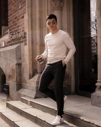 С чем носить бежевый свитер с круглым вырезом мужчине: Удобное сочетание бежевого свитера с круглым вырезом и черных брюк чинос в вертикальную полоску несомненно будет привлекать внимание красивых дам. Вместе с этим образом стильно будут выглядеть бело-красные кожаные низкие кеды.