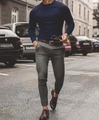 Как и с чем носить: темно-синий свитер с круглым вырезом, серые брюки чинос, темно-коричневые кожаные оксфорды, темно-коричневый кожаный ремень
