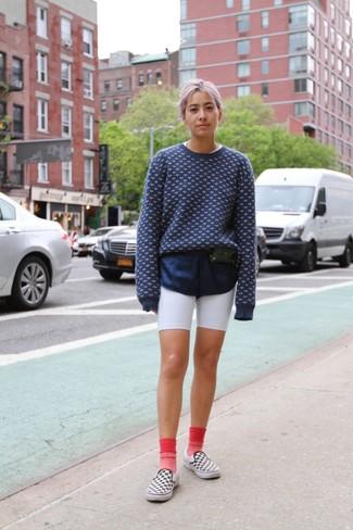 Как и с чем носить: темно-сине-белый свитер с круглым вырезом с принтом, белые велосипедки, бело-черные слипоны в клетку, черная кожаная поясная сумка