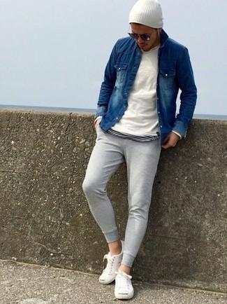 Как и с чем носить: белый свитер с круглым вырезом, темно-синяя джинсовая рубашка, бело-черная футболка с круглым вырезом в горизонтальную полоску, серые спортивные штаны