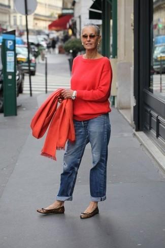 Как и с чем носить: красный свитер с круглым вырезом, синие джинсы-бойфренды, коричневые кожаные балетки с леопардовым принтом, оранжевый шарф