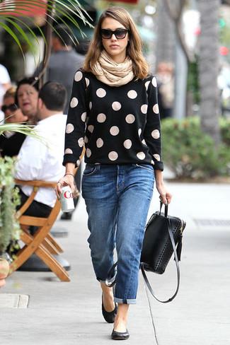Как и с чем носить: черный свитер с круглым вырезом в горошек, синие джинсы-бойфренды, черные кожаные балетки, черный кожаный рюкзак