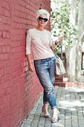 Как и с чем носить: белый свитер с круглым вырезом, синие джинсы-бойфренды, серые кожаные босоножки на каблуке со змеиным рисунком, белая кожаная большая сумка