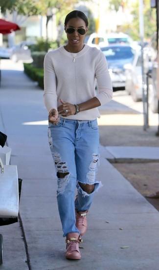 Как и с чем носить: белый свитер с круглым вырезом, голубые рваные джинсы-бойфренды, розовые кожаные высокие кеды, черные солнцезащитные очки