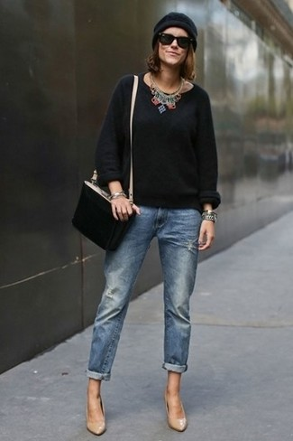 Как и с чем носить: черный свитер с круглым вырезом, синие джинсы-бойфренды, светло-коричневые кожаные туфли, черная замшевая сумка через плечо