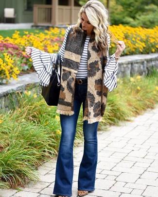 Как и с чем носить: бело-черный свитер с круглым вырезом в горизонтальную полоску, синие джинсы-клеш, светло-коричневые замшевые туфли с леопардовым принтом, черная кожаная большая сумка