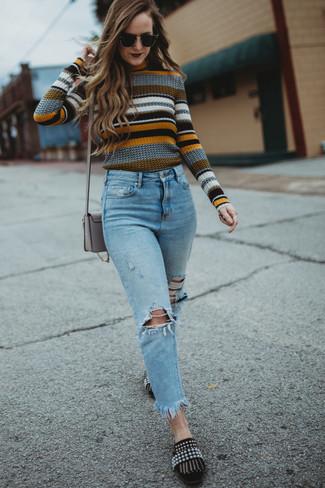 Как и с чем носить: разноцветный свитер с круглым вырезом в горизонтальную полоску, голубые рваные джинсы, черные замшевые лоферы с украшением, серая кожаная сумка через плечо