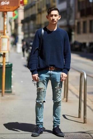 Черный кожаный рюкзак: с чем носить и как сочетать мужчине: Стильное сочетание темно-синего свитера с круглым вырезом и черного кожаного рюкзака подходит для случаев, когда удобство ценится превыше всего. Если ты любишь соединять в своих ансамблях разные стили, из обуви можешь надеть темно-синие низкие кеды из плотной ткани.
