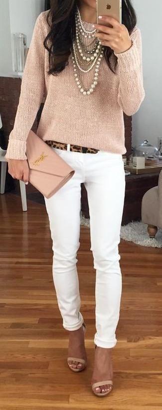 Как и с чем носить: бежевый свитер с круглым вырезом, белые джинсы скинни, бежевые кожаные босоножки на каблуке, бежевый кожаный клатч