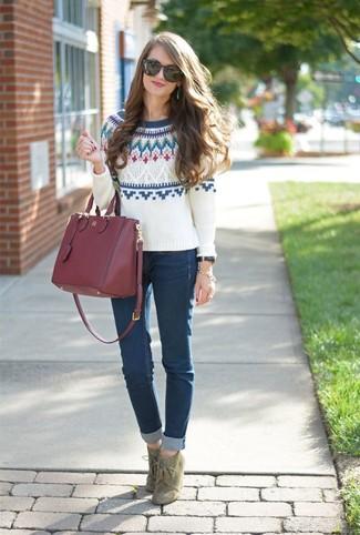 Как и с чем носить: белый свитер с круглым вырезом с жаккардовым узором, темно-синие джинсы скинни, оливковые замшевые ботильоны на шнуровке, темно-красная кожаная большая сумка