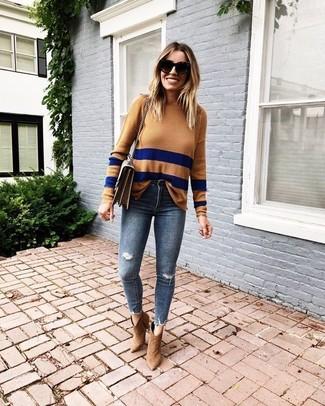 Как и с чем носить: светло-коричневый свитер с круглым вырезом в горизонтальную полоску, темно-синие рваные джинсы скинни, светло-коричневые замшевые ботильоны, коричневая кожаная сумка через плечо