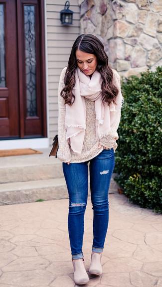 Как и с чем носить: бежевый свитер с круглым вырезом, синие рваные джинсы скинни, серые замшевые ботинки челси, коричневая кожаная сумка через плечо