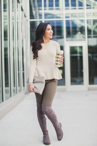 Как и с чем носить: бежевый свитер с круглым вырезом, коричневые джинсы скинни, розовые замшевые ботфорты, серый кожаный клатч