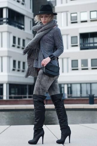 Как и с чем носить: серый свитер с круглым вырезом, серые вареные джинсы скинни, черные кожаные ботфорты, черная кожаная сумка через плечо