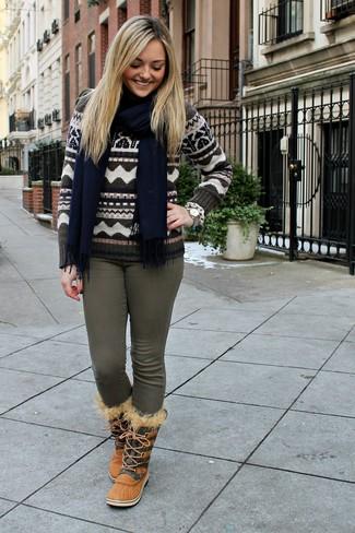 Как и с чем носить: коричневый свитер с круглым вырезом с жаккардовым узором, оливковые джинсы скинни, светло-коричневые зимние ботинки, темно-синий шарф