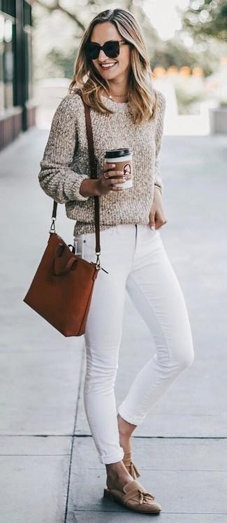 Как и с чем носить: бежевый свитер с круглым вырезом букле, белые джинсы скинни, светло-коричневые замшевые лоферы с кисточками, табачная кожаная сумка через плечо