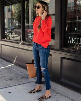 Темно-синие рваные джинсы скинни: с чем носить и как сочетать: Если этот день тебе предстоит провести в движении, сочетание красного свитера с круглым вырезом и темно-синих рваных джинсов скинни поможет создать удобный образ в расслабленном стиле. Хотела бы сделать лук немного изысканее? Тогда в качестве обуви к этому луку, стоит выбрать светло-коричневые лоферы из ворса пони с леопардовым принтом.