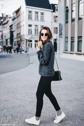 Как и с чем носить: темно-серый свитер с круглым вырезом, черные джинсы скинни, белые низкие кеды, черная кожаная сумка через плечо