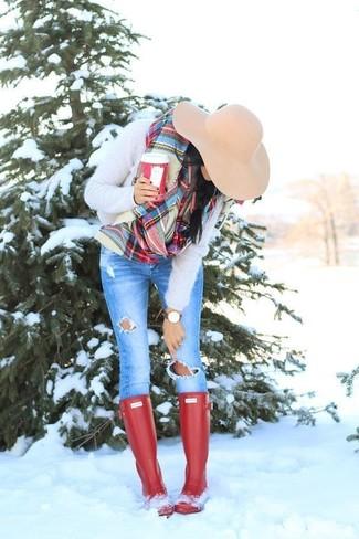 Как и с чем носить: бежевый пушистый свитер с круглым вырезом, синие рваные джинсы скинни, красные резиновые сапоги, бежевая шерстяная шляпа