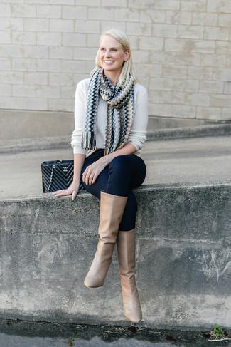 Как и с чем носить: белый свитер с круглым вырезом, темно-синие джинсы скинни, светло-коричневые кожаные сапоги, черная кожаная стеганая сумка-саквояж