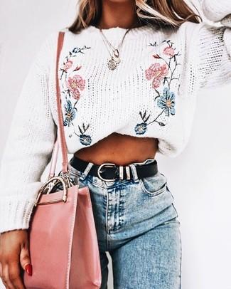 Как и с чем носить: белый свитер с круглым вырезом с вышивкой, голубые джинсы скинни, розовая кожаная сумка через плечо, черный кожаный ремень