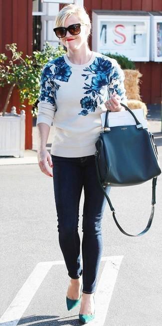 Как и с чем носить: бело-синий свитер с круглым вырезом с цветочным принтом, темно-синие джинсы скинни, темно-бирюзовые замшевые туфли, темно-синяя кожаная большая сумка