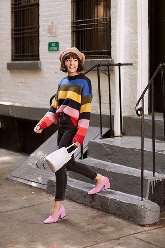 Как и с чем носить: разноцветный свитер с круглым вырезом в горизонтальную полоску, черные джинсы скинни, розовые замшевые туфли, бежевая кожаная сумка-мешок