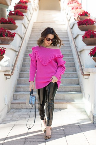 Темно-красные солнцезащитные очки: с чем носить и как сочетать женщине: Если этот день тебе предстоит провести в движении, сочетание ярко-розового свитера с круглым вырезом и темно-красных солнцезащитных очков поможет составить комфортный лук в стиле кэжуал. Весьма по моде здесь будут выглядеть светло-коричневые замшевые туфли с леопардовым принтом.