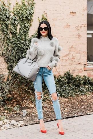 Как и с чем носить: серый свитер с круглым вырезом, голубые рваные джинсы скинни, красные замшевые туфли, серая кожаная большая сумка