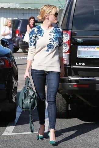 Как и с чем носить: бело-синий свитер с круглым вырезом с цветочным принтом, темно-синие джинсы скинни, темно-бирюзовые замшевые туфли, темно-бирюзовая кожаная большая сумка