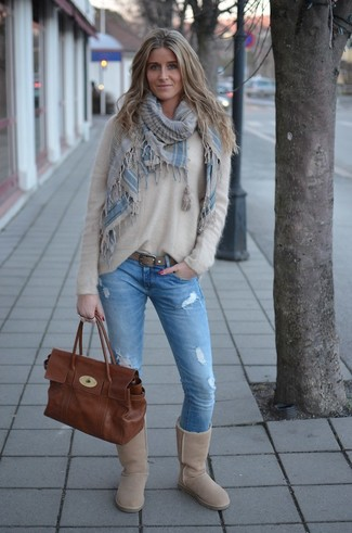 Как и с чем носить: бежевый пушистый свитер с круглым вырезом, голубые рваные джинсы скинни, бежевые угги, коричневая кожаная сумка-саквояж