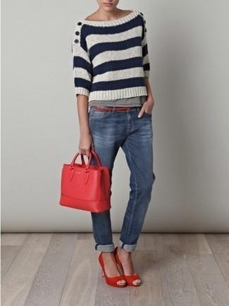 """Сочетание бело-темно-синего свитера с круглым вырезом в горизонтальную полоску и синих джинсов поможет создать ощущение """"элегантной свободы"""". Красные туфли добавят наряду элегантности."""