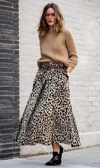 Как и с чем носить: светло-коричневый свитер с круглым вырезом, светло-коричневая длинная юбка с леопардовым принтом, черные бархатные лоферы с украшением, светло-коричневый замшевый ремень с леопардовым принтом