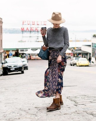 Как и с чем носить: темно-серый свитер с круглым вырезом, черная шифоновая длинная юбка с цветочным принтом, темно-коричневые угги, темно-синяя большая сумка из плотной ткани