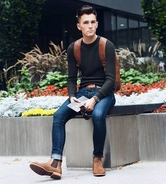 Темно-серый свитер с круглым вырезом: с чем носить и как сочетать мужчине: Темно-серый свитер с круглым вырезом и темно-синие зауженные джинсы прочно закрепились в гардеробе многих молодых людей, помогая составлять незаезженные и стильные образы. Любишь яркие идеи? Заверши лук коричневыми замшевыми ботинками челси.