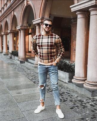 Как и с чем носить: светло-коричневый свитер с круглым вырезом в шотландскую клетку, голубые рваные зауженные джинсы, белые низкие кеды, черные солнцезащитные очки