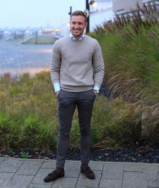 Как и с чем носить: серый свитер с круглым вырезом, голубая классическая рубашка, темно-серые брюки чинос, темно-коричневые замшевые лоферы с кисточками