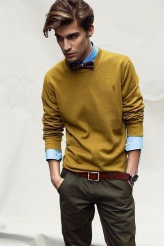 Как и с чем носить: горчичный свитер с круглым вырезом, голубая классическая рубашка, оливковые брюки чинос, темно-коричневый галстук-бабочка в шотландскую клетку