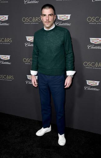 Как и с чем носить: темно-зеленый свитер с круглым вырезом, белая классическая рубашка, темно-синие брюки чинос, белые низкие кеды