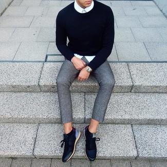 Как и с чем носить: темно-синий свитер с круглым вырезом, белая классическая рубашка, серые шерстяные брюки чинос, темно-синие кожаные низкие кеды