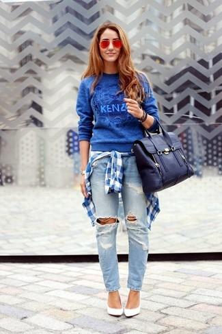 Как и с чем носить: синий свитер с круглым вырезом с принтом, бело-синяя классическая рубашка в шотландскую клетку, голубые рваные джинсы-бойфренды, белые кожаные туфли