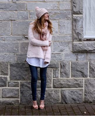 Розовый пушистый свитер с круглым вырезом и темно-синие джинсы скинни — must have вещи в стильном женском гардеробе. Чтобы образ не получился слишком строгим, можно надеть розовая обувь.