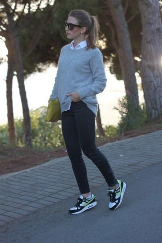Как и с чем носить: серый свитер с круглым вырезом, белая классическая рубашка, черные джинсы скинни, бело-черные кроссовки