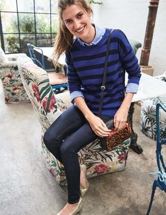 Как и с чем носить: синий свитер с круглым вырезом в горизонтальную полоску, голубая классическая рубашка из шамбре, темно-синие джинсы скинни, золотые кожаные балетки